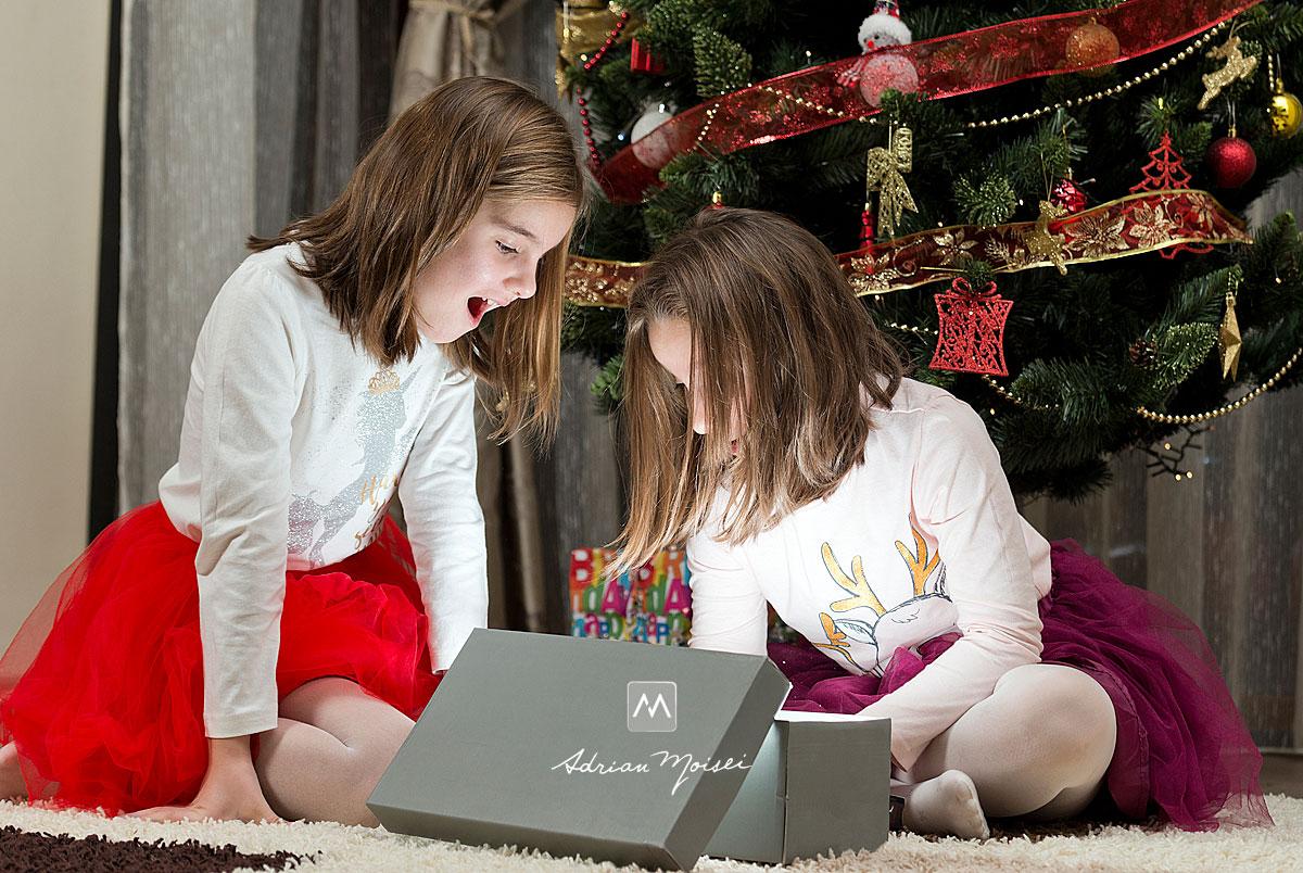 Doua fetite, uitandu-se intr-o cutie magica, suprinse, fotograf de familie Iasi