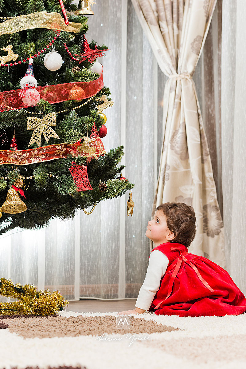 Fetita de 1 an, uitandu-se la o steluta, din bradul de Craciun, fotograf Iasi, Adrian Moisei,  fotografii de Crăciun în Iași