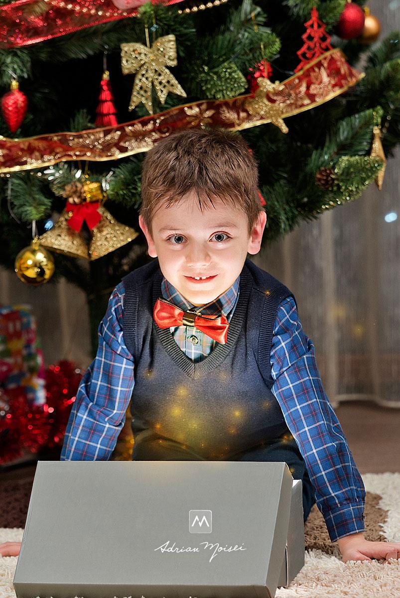 Baietel de 6 ani bucurandu-se de magia cadoului de la Mos Craciun, in seara de Craciun, fotograf Iasi, Adrian Moisei
