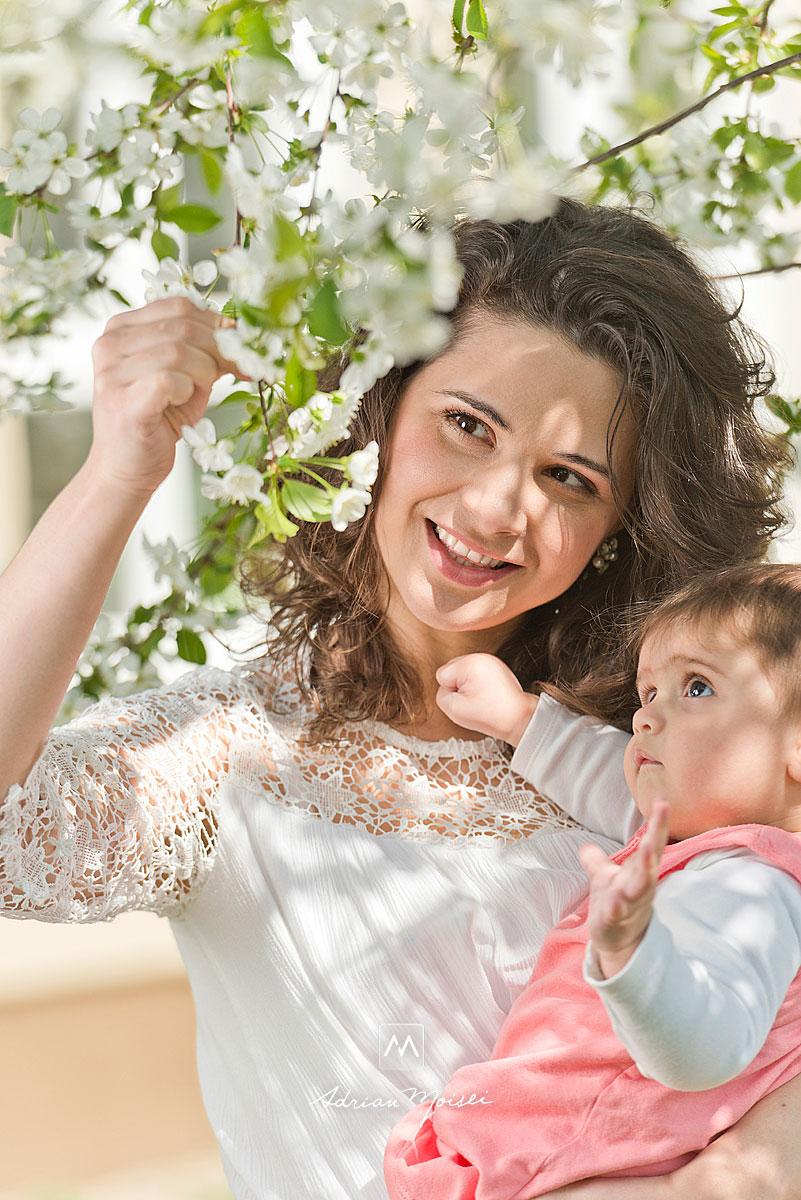Fotografie realizata de fotograful iesean Adrian Moisei, cu o mamica si o bebelusa