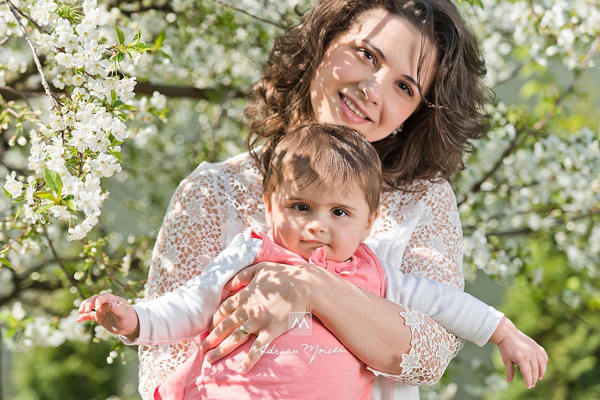 Livada inflorita: mama si fiica