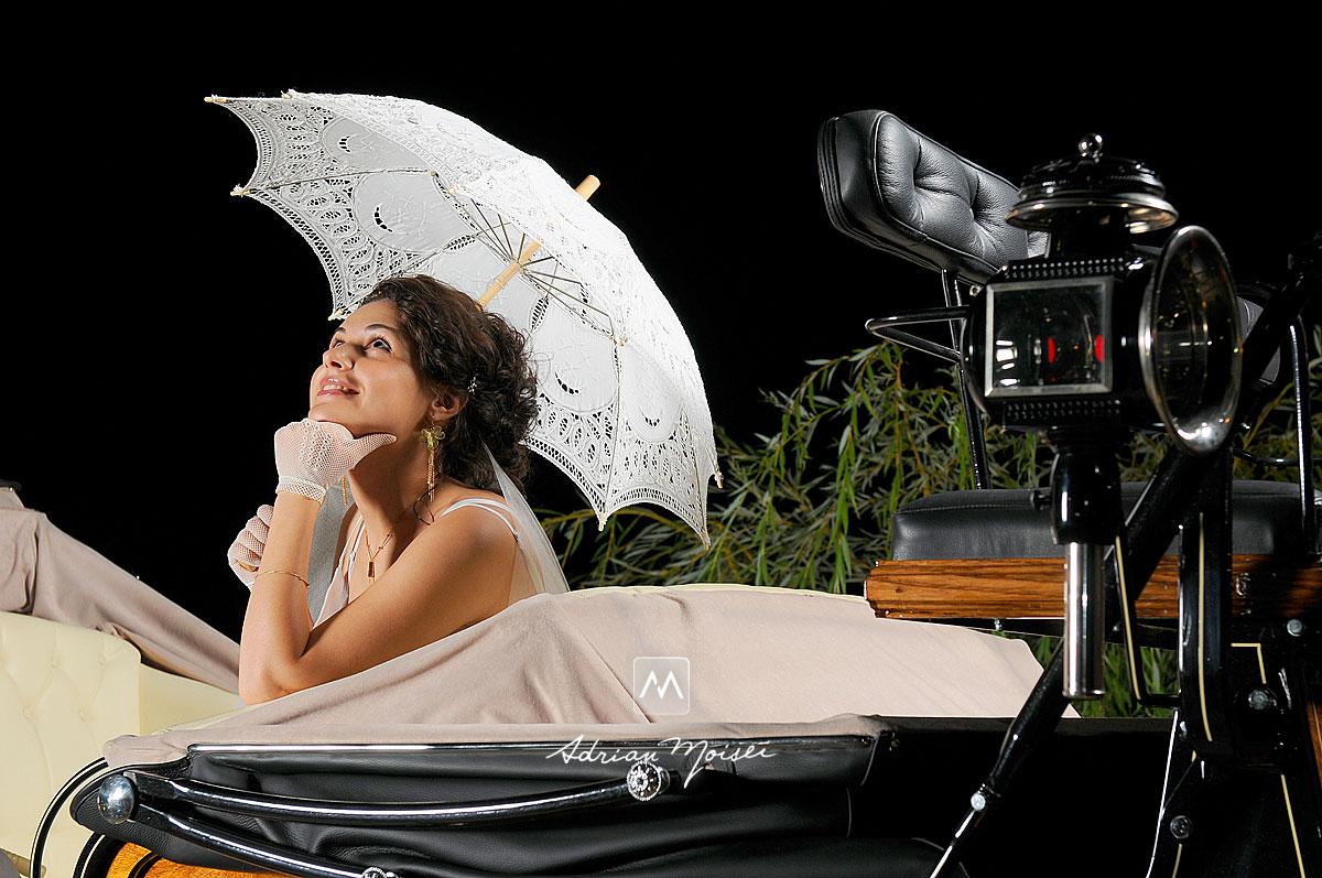 Mireasă într-o trăsură cu umbrelă de soare în mână, într-o seara de august, fotograf nuntă Iași