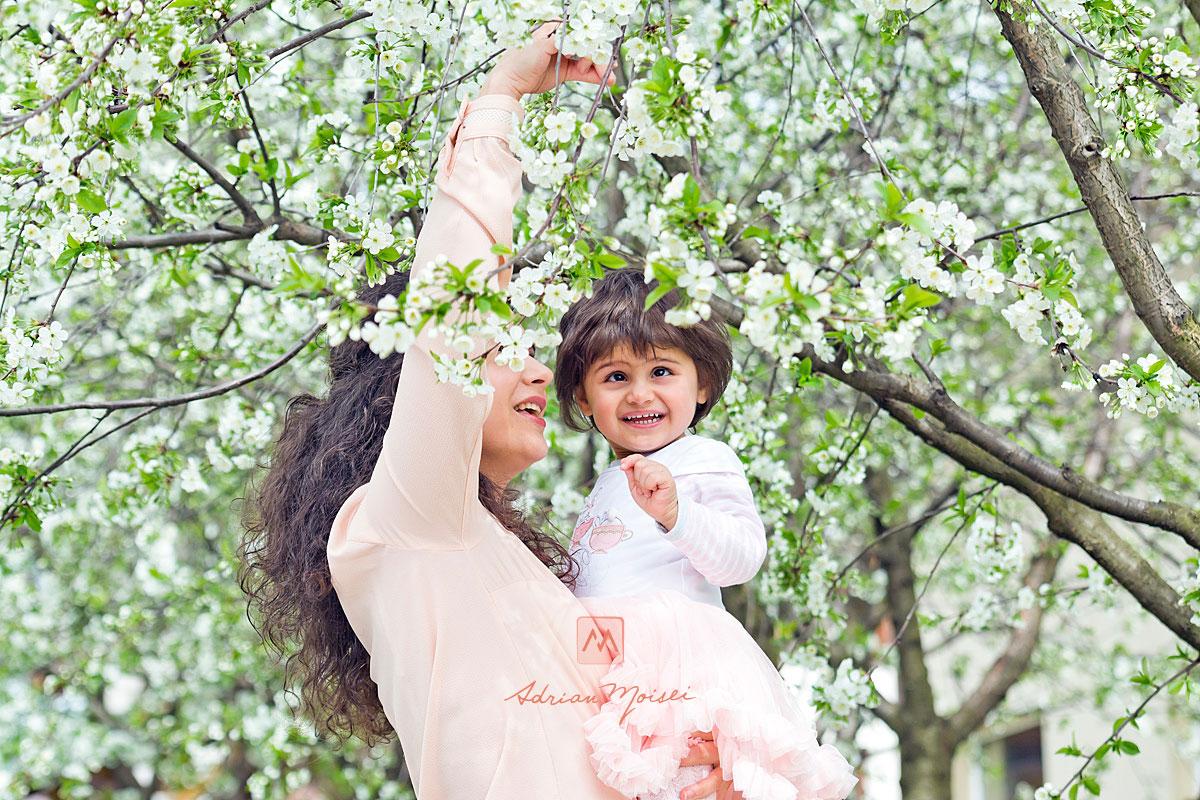 Fotografie de familie în Iași la livada de vișini. Fotografiile sunt realizate în primăvara, când livada este complet înflorită, fotograf de familie Iași