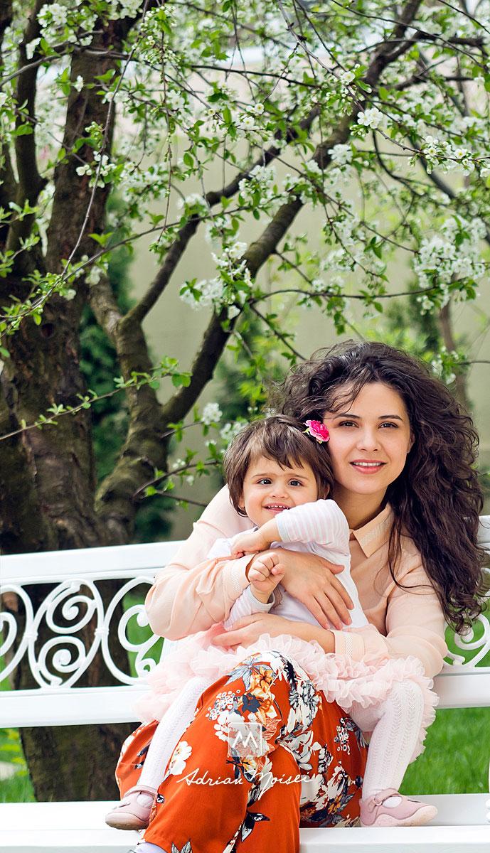 Mama și fetita ei de doi ani, fotografie de familie în Iași la livada de vișini. Fotografiile sunt realizate primăvara, fotograf de familie Iași