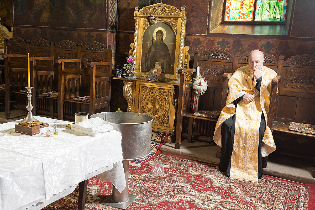 Preot rugandu-se în biserică, fotograf botez Iași