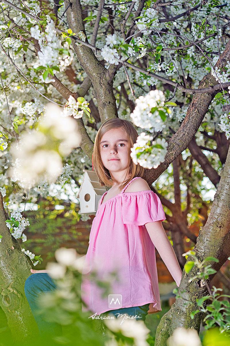 Fotografiere copii în livada înflorită a studioului foto din Iași a artistului fotograf Adrian Moisei. Primăvara, când copacii sunt înfloriți reprezintă cel mai bun moment din an pentru ședința foto în natură, fotografie în natură, fotograf de familie Iași