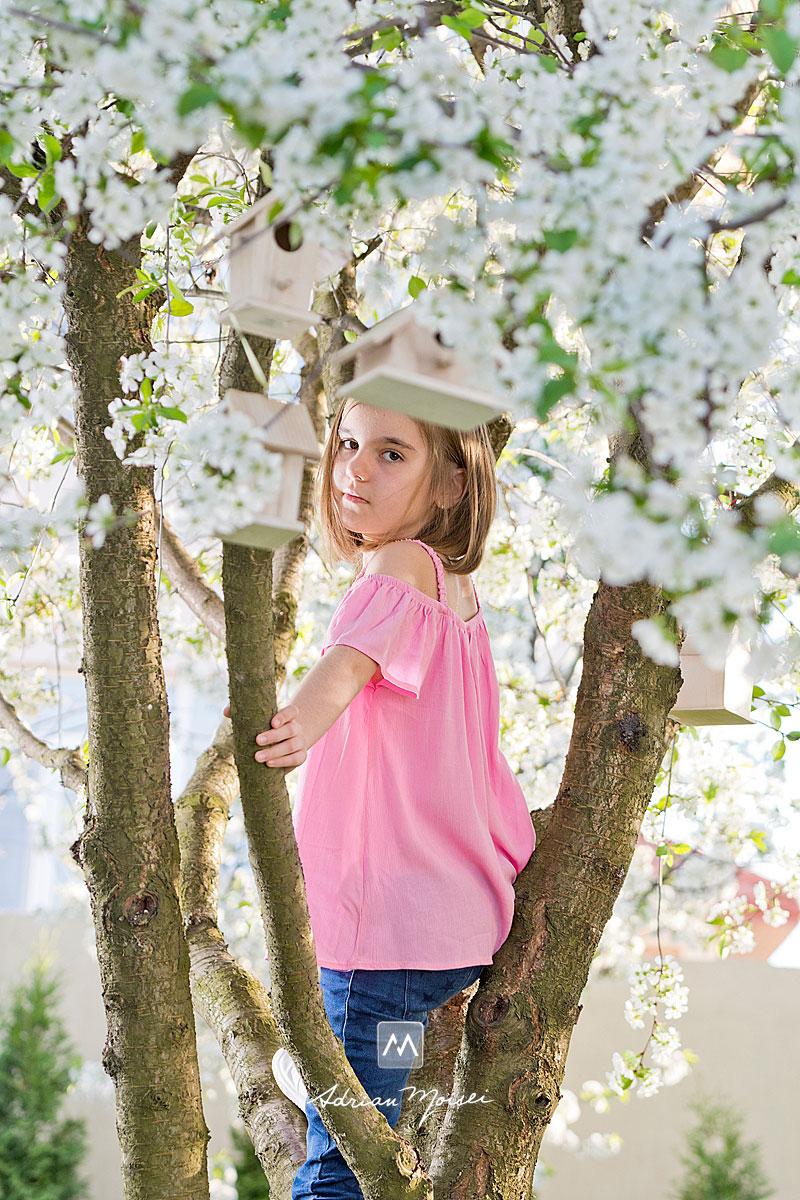 Fotografiere copii în livada înflorită a studioului foto din Iași, când copacii sunt înfloriți reprezintă cel mai bun moment din an pentru ședința foto în natură, fotografie în natură, fotograf de familie Iași