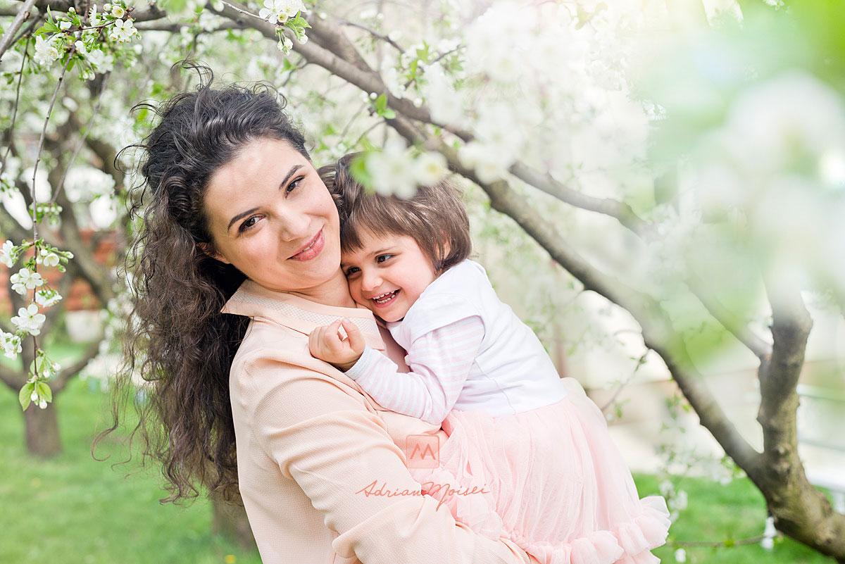 Mama și fetita ei de doi ani, fotografie de familie în Iași la livada de vișini, fotograf de familie Iași