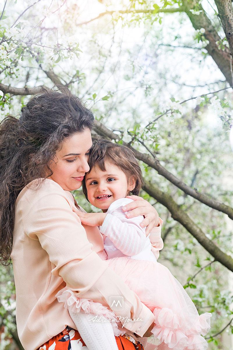 Mama și fetita ei de doi ani, fotografie de familie în Iași la livada de vișini a fotografului ieșean Adrian Moisei, fotograf de familie Iași