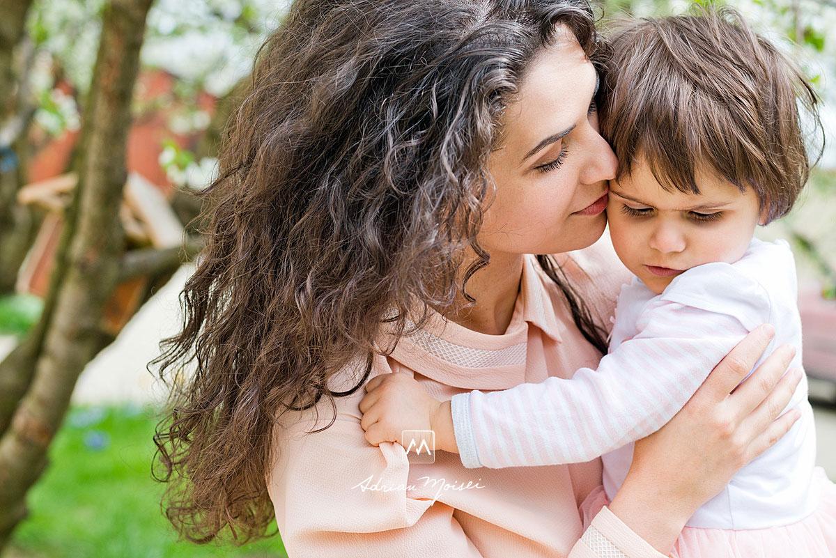 Mama și fetita ei de doi ani, fotografie de familie în Iași la livada de vișini. Fotografiile sunt realizate în primăvara, când livada este complet înflorită, fotograf de familie Iași