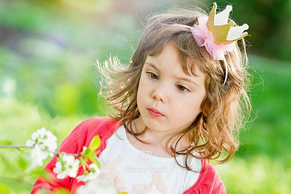 În livada înflorită de vișini, alături de un copilaș adorabil, fotografie în natură, fotograf de familie Iași