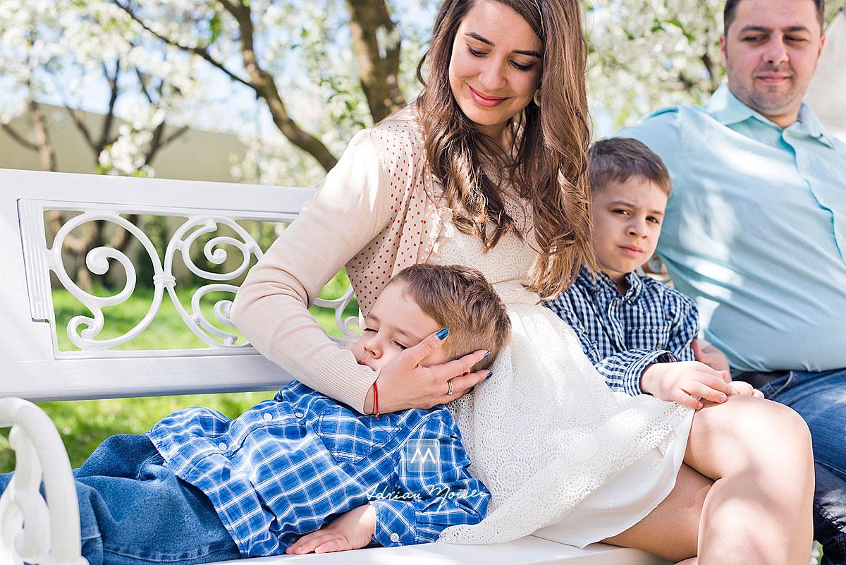 Fotografie de familie în perioada în care vișinii sunt infloriți și temperatura este foarte placută, fotograf de familie Iași