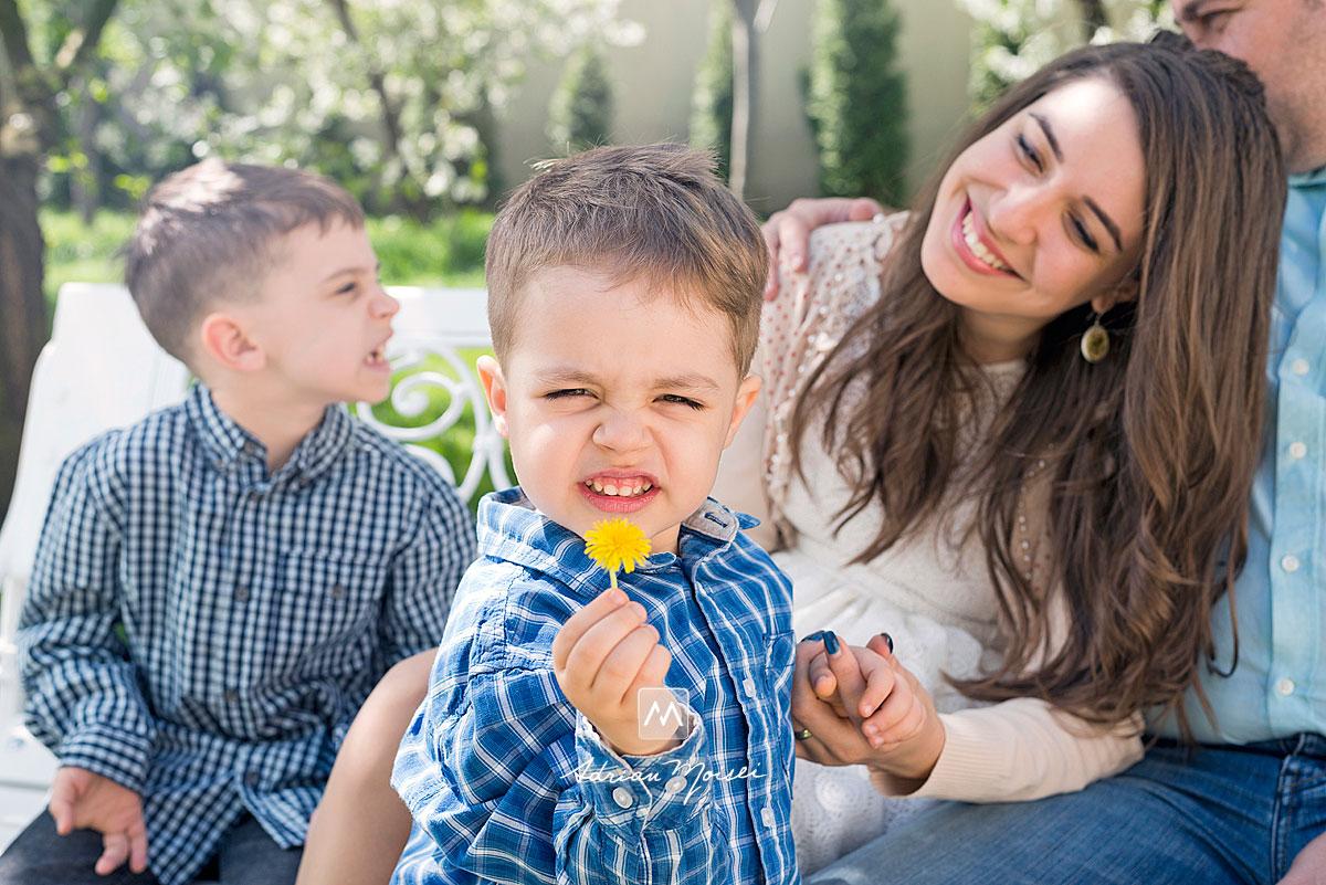 Părinți tineri și frumosi într-o fotografie de familie memorabilă alaturi de cei doi băieți, de 4 și 7 ani, fotograf de familie Iași