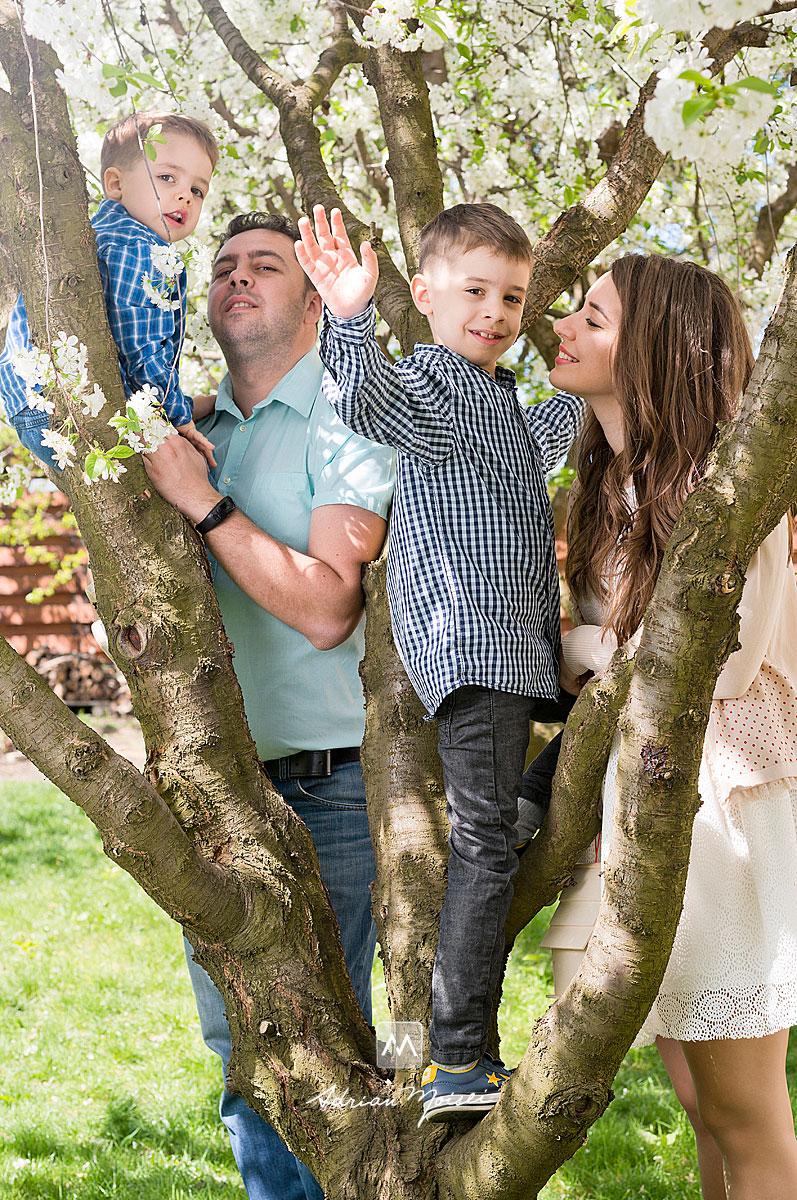 Fotografie de familie în livada de la studioul foto din Iași a fotografului Adrian Moisei, în perioada în care vișinii sunt infloriți și temperatura este foarte placută, fotograf de familie Iași