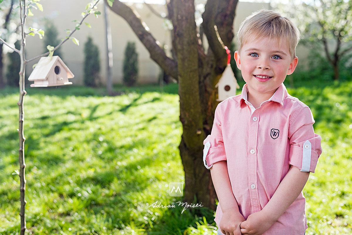 Copilas in camasa roz, in natura, fotograf de familie Iași