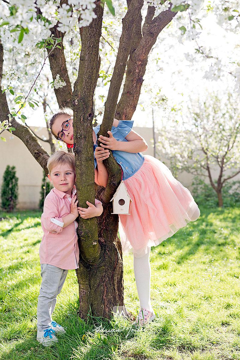 Frate si sora langa un copac batran, fotograf de familie Iași