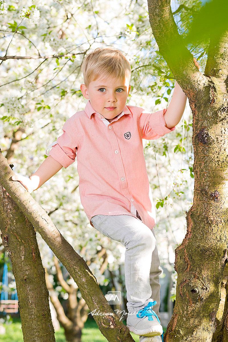 Copilas blond cu ochi albastri catarat intr-un copac, fotograf copii - Adrian Moisei, Iasi, fotograf de familie Iași