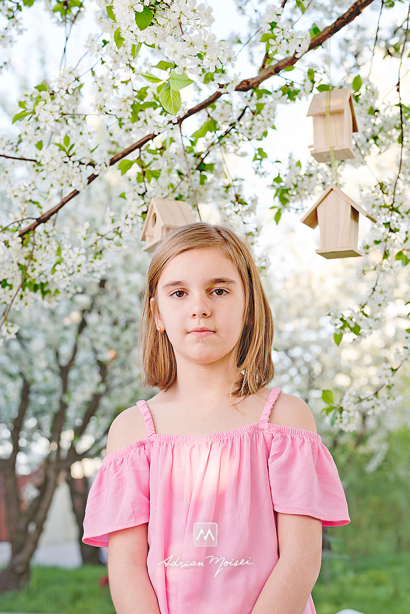 Fotografiere copii în livada înflorită reprezintă cel mai bun moment din an pentru ședința foto în natură, fotografie în natură, fotograf de familie Iași