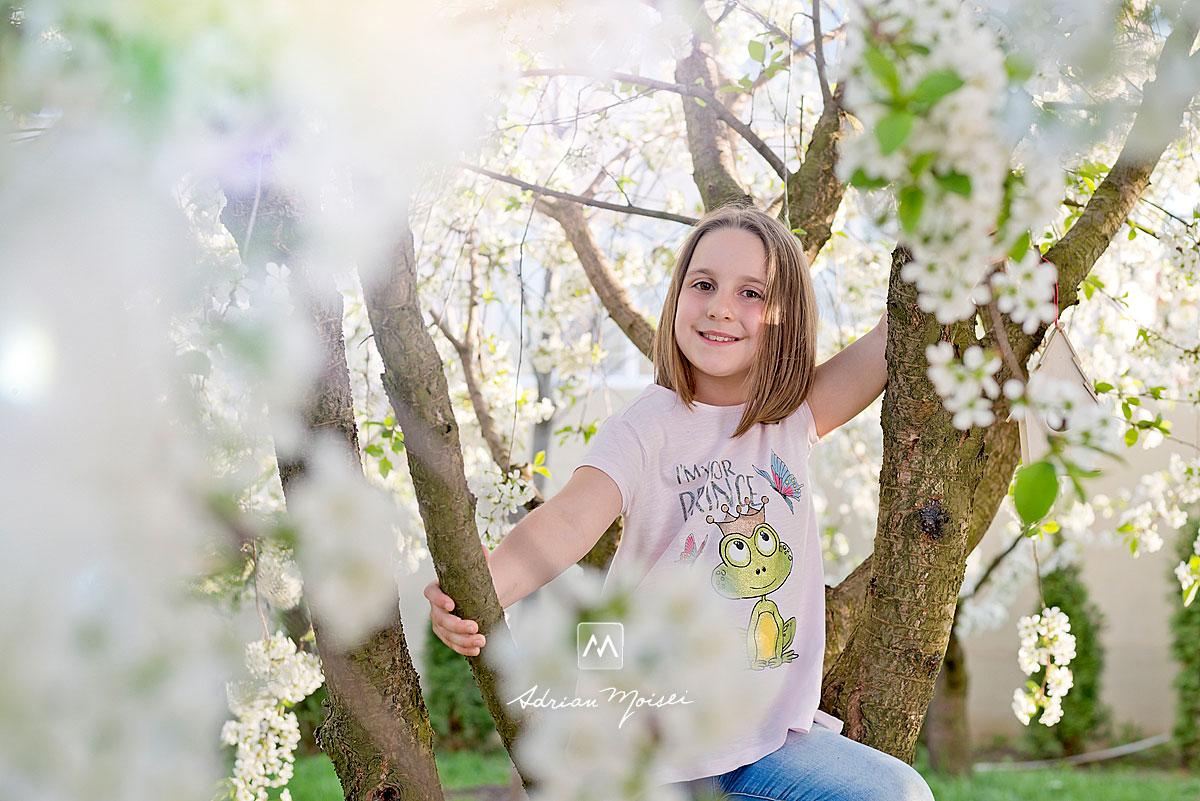 Fotografiere copii, când copacii sunt înfloriți reprezintă cel mai bun moment din an pentru ședința foto în natură, fotografie în natură, fotograf de familie Iași