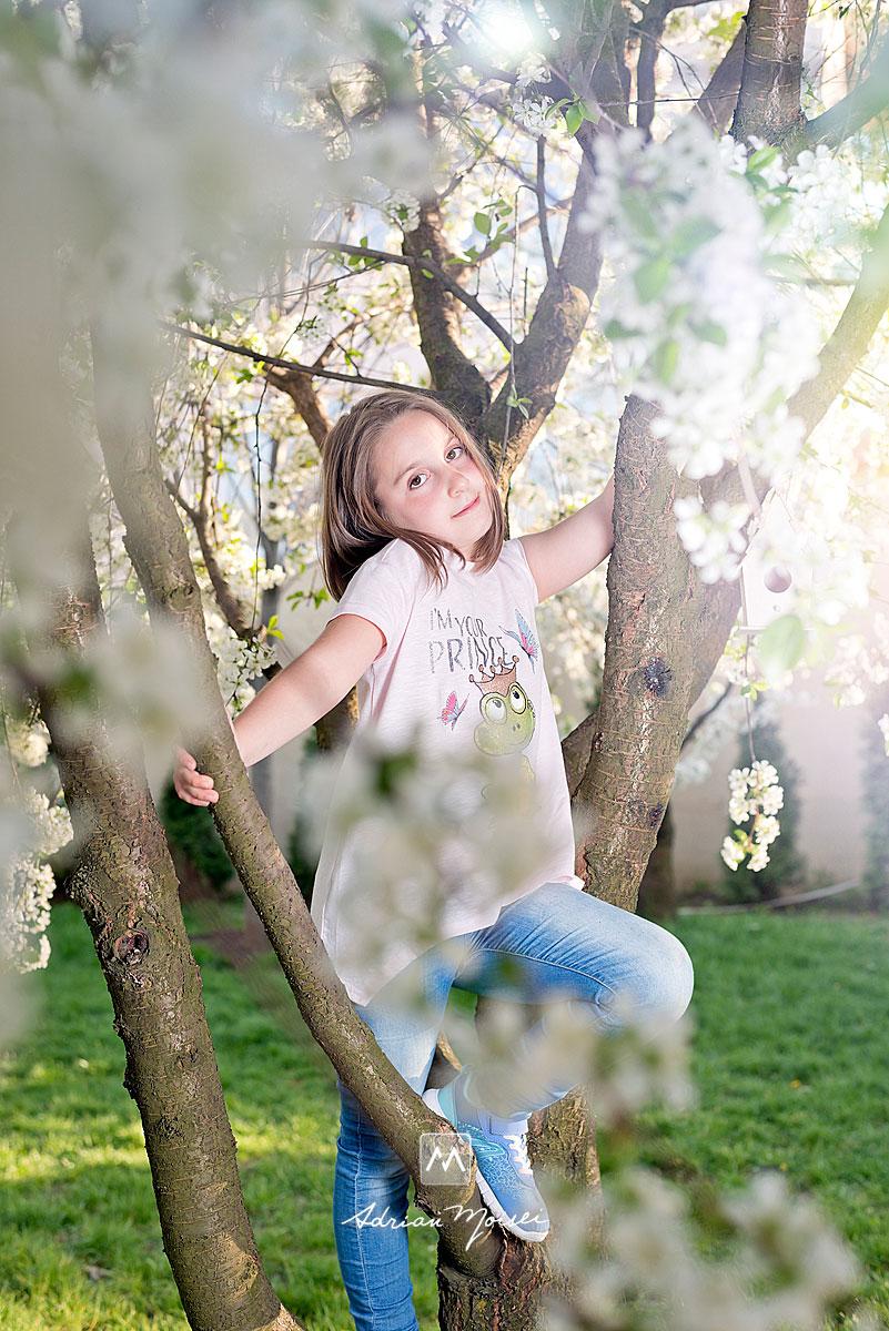 Fotografiere familie și copii în livada înflorită a studioului a artistului fotograf Adrian Moisei, fotografie în natură, fotograf de familie Iași