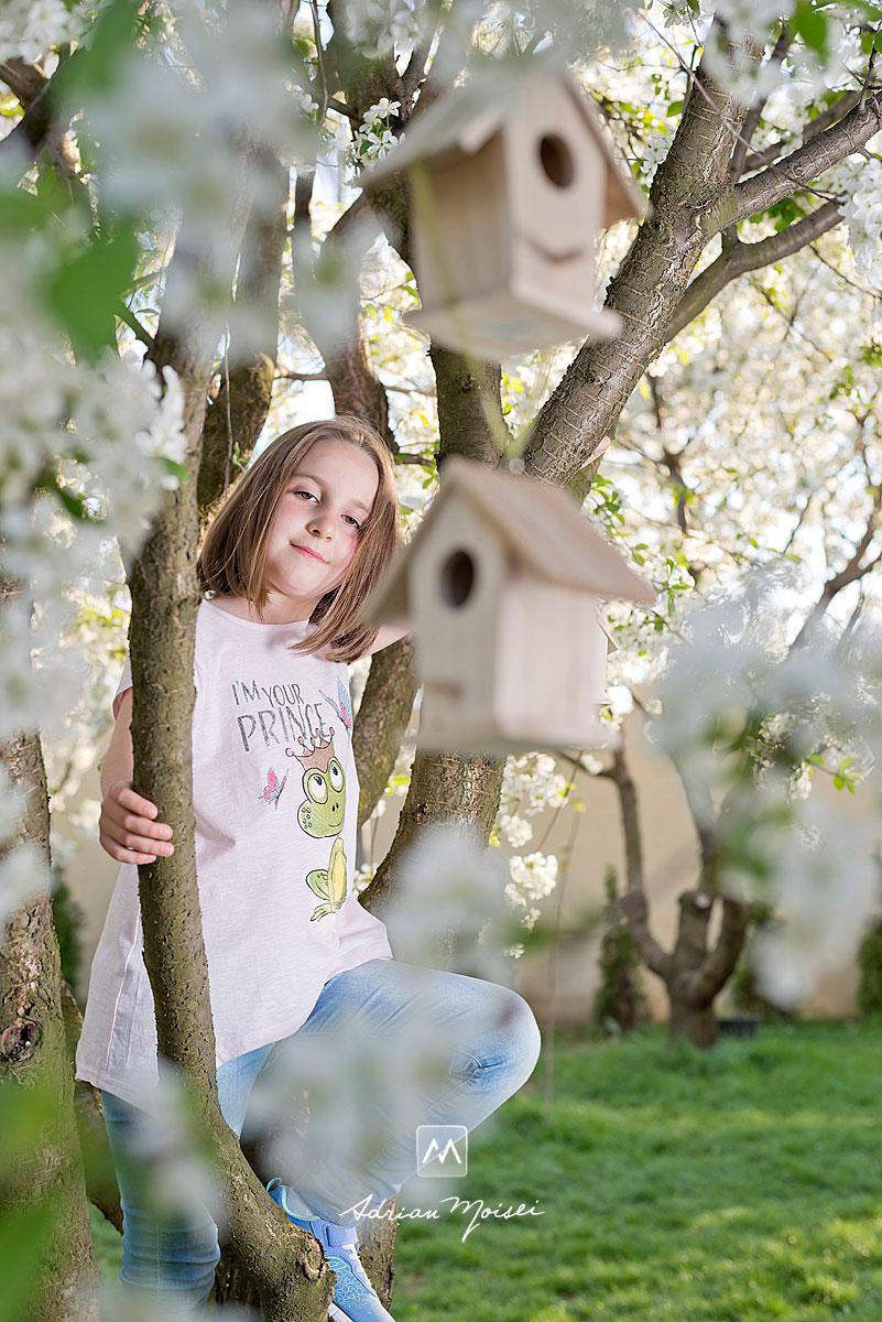 În livada înflorită a studioului foto din Iași a artistului fotograf Adrian Moisei, primăvara, când copacii sunt înfloriți, fotografie în natură, fotograf de familie Iași