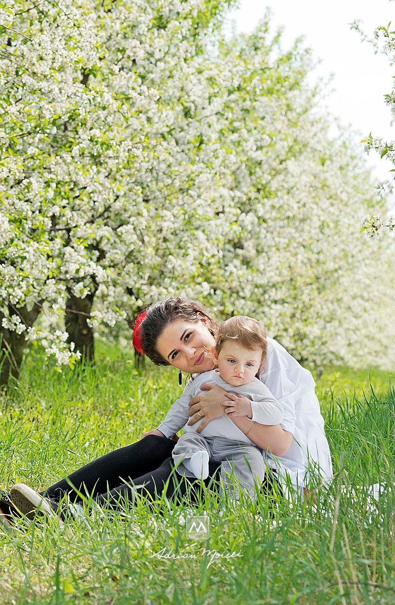 Mamica si cu bebelus in livada inflorita, a studioului lui Adrian Moisei, fotograf Iasi