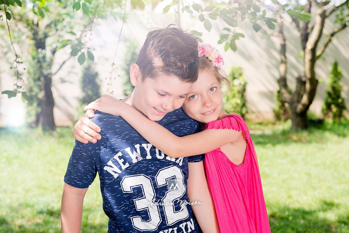 Fotografie de familie. Părinți iubitori alături de copiii lor, zâmbind și fiind fericiți împreună, fotograf de familie Iași