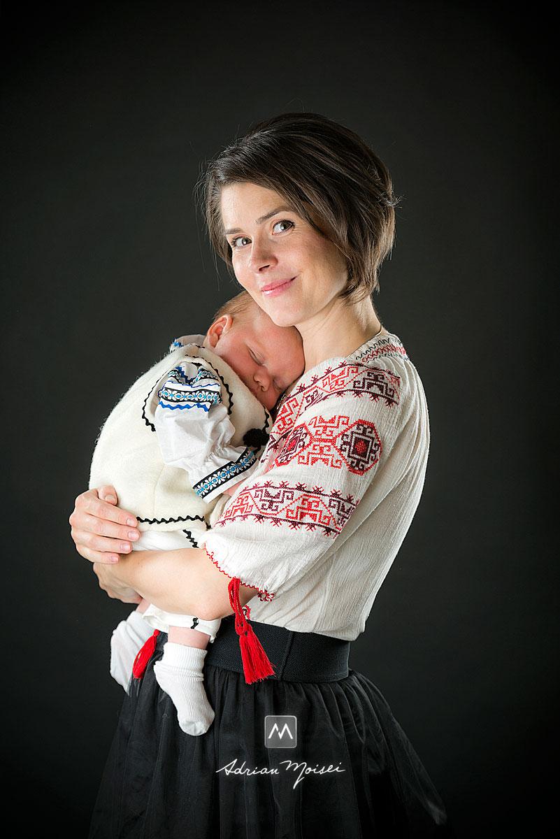Portret de mama cu bebelusul in brate, fotografie de portret Iasi
