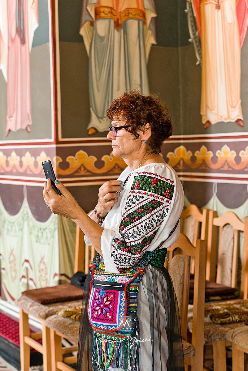 Fotografie la biserica Sf. Voievozi Roșca din Tătărași realizată de fotograf nuntă Iași.