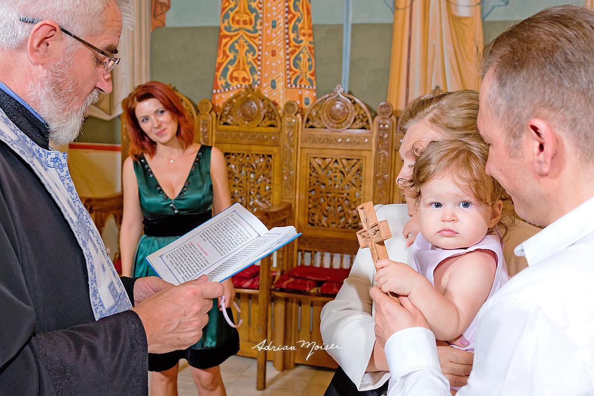 Fotografie de botez a unui bebeluș adorabil, fotograf botez Iași