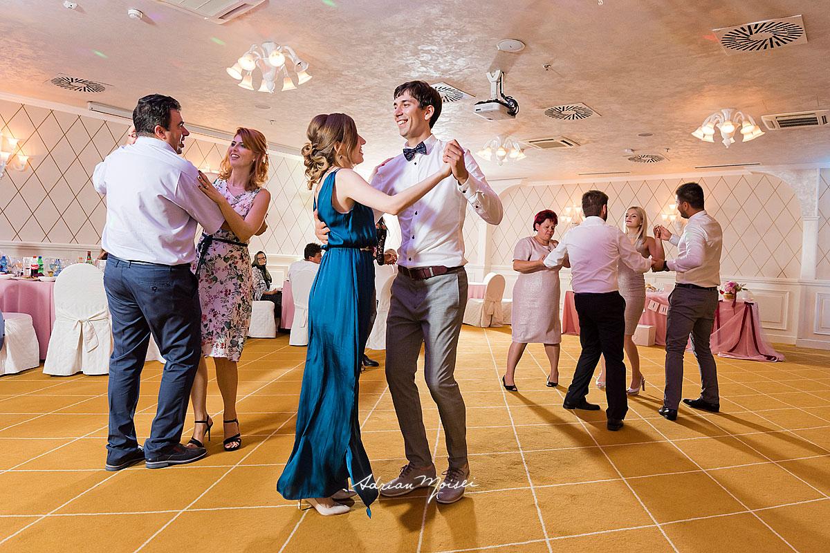 Cupluri fericite, dansand la petrecere, fotograf botez Iași