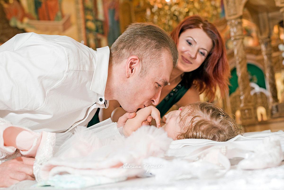 Fotografie de botez realizată de fotograful ieșean Adrian Moisei, fotograf botez, bebeluși copii și familie, fotograf botez Iași
