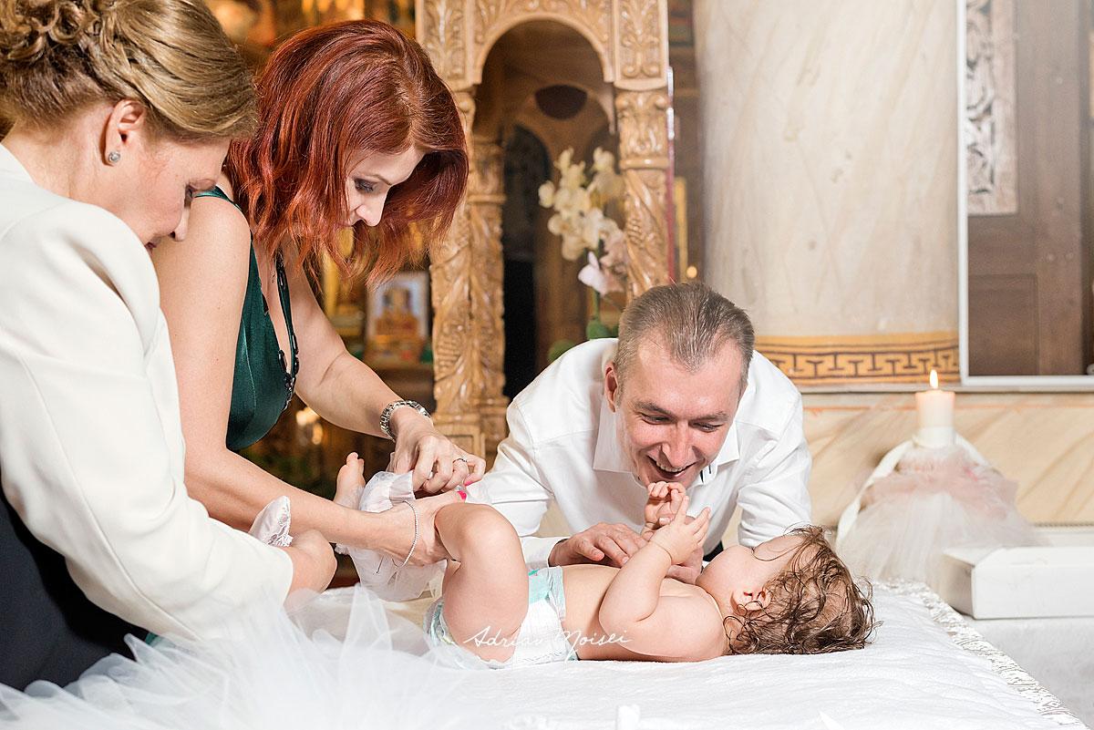 Fotografie de botez a unui bebeluș adorabil, realizată de fotograful ieșean Adrian Moisei, fotograf botez, bebeluși copii și familie, fotograf botez Iași