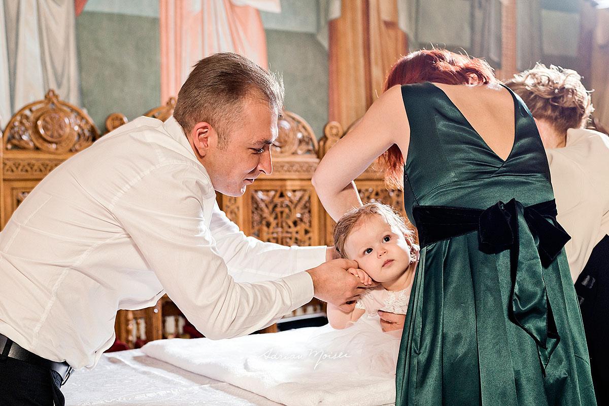 Bebeluș adorabil, alături de familie, la biserica Intrarea Domnului în Ierusalim, fotograf botez, bebeluși copii și familie, fotograf botez Iași