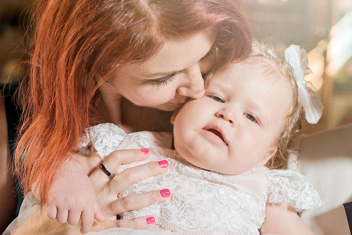 Fotografie de botez a unui bebeluș adorabil, realizată de fotograful ieșean Adrian Moisei, fotograf botez Iași