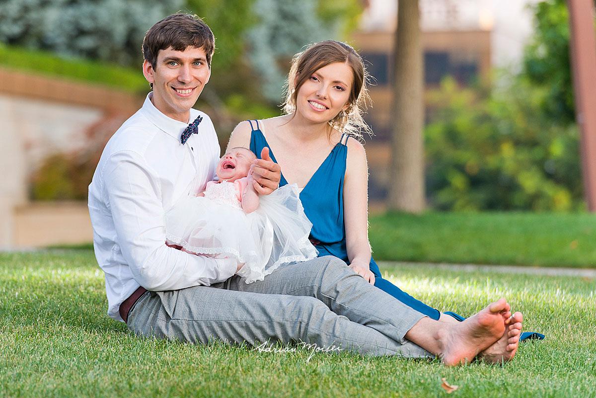 Fotografie de familie în parc, înainte de petrecerea de botez, la grădina Palas Iași, într-o zi minunată de vară, fotograf botez Iași