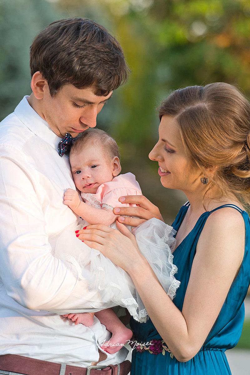 Familie în parc, înainte de petrecerea de botez, la grădina Palas Iași, într-o zi minunată de vară, fotograf botez Iași