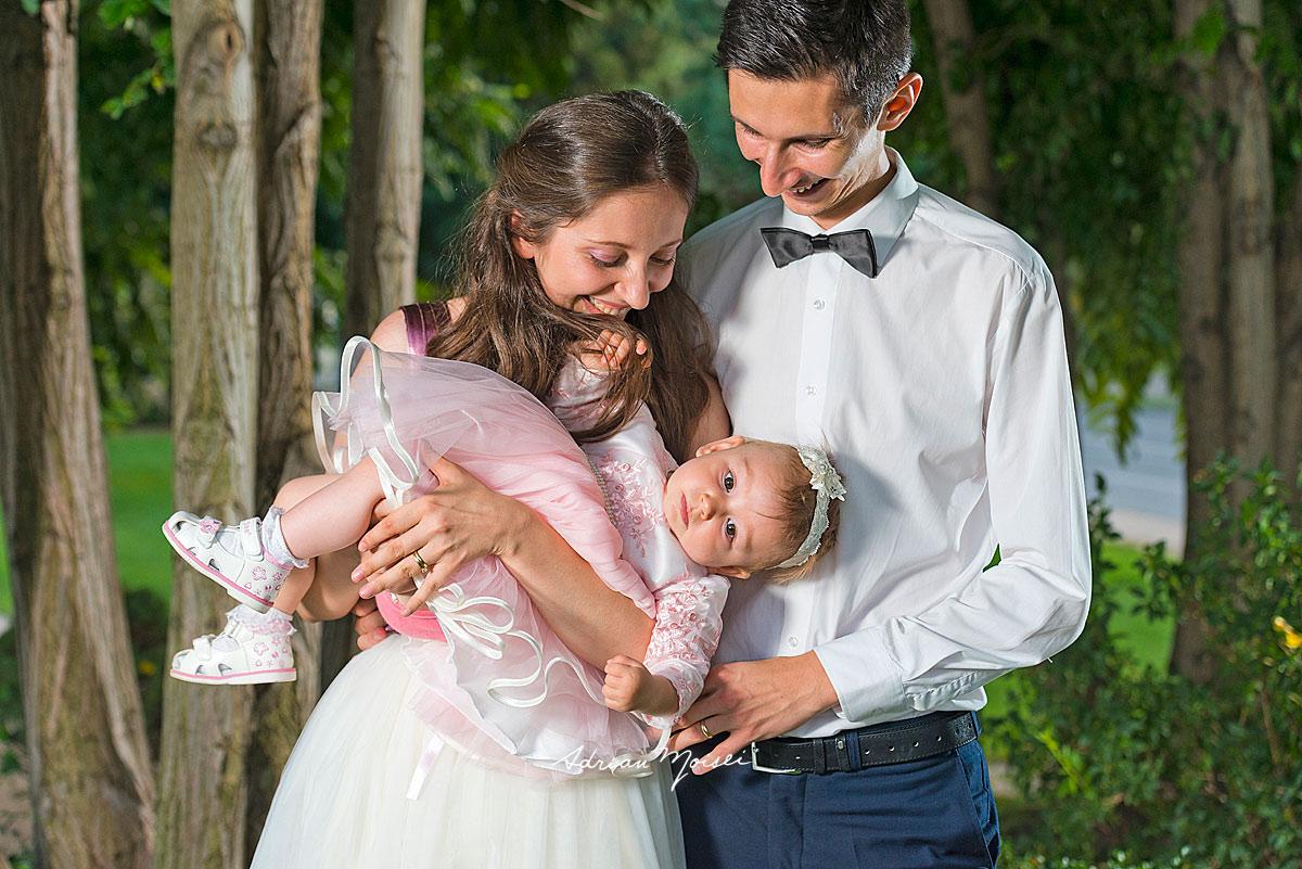 Fotografie de familie în parc, înainte de petrecerea de botez, la grădina Palas Iași, într-o zi minunată de vară, fotograf botez Iasi Adrian Moisei, fotograf botez Iași
