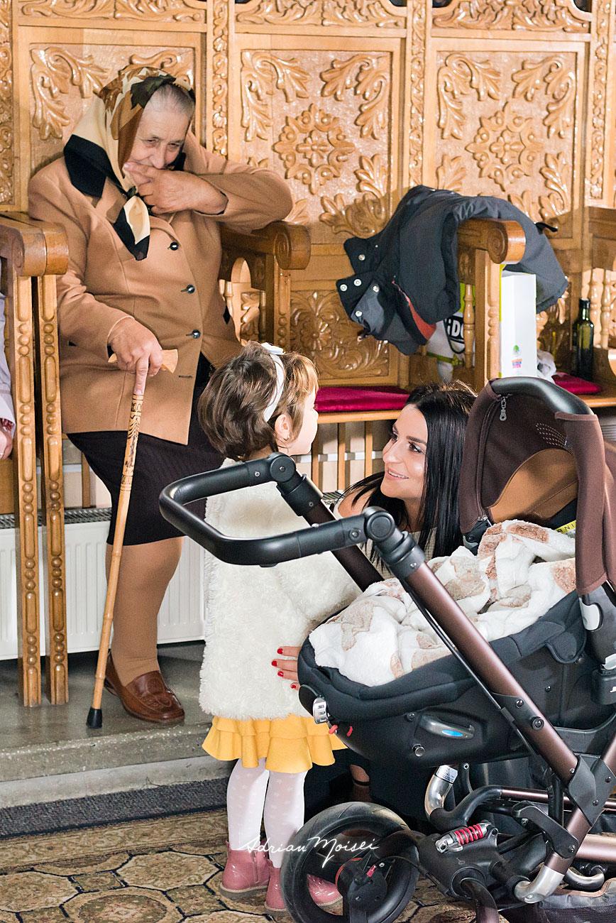 Strabunica fericita, privindu-si nepotii, fotograf botez Iași