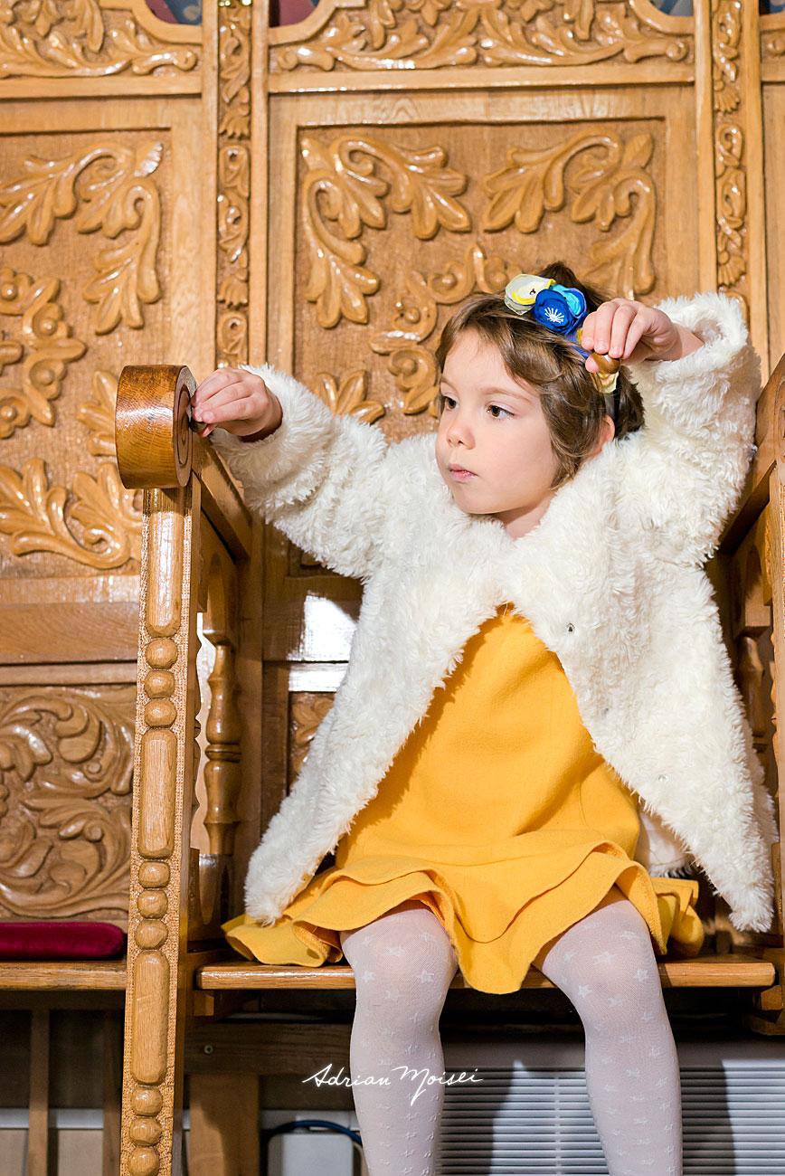 Portret de fetita in biserica, jucandu-se cu doua ghinde de stejar, fotograf botez Iași