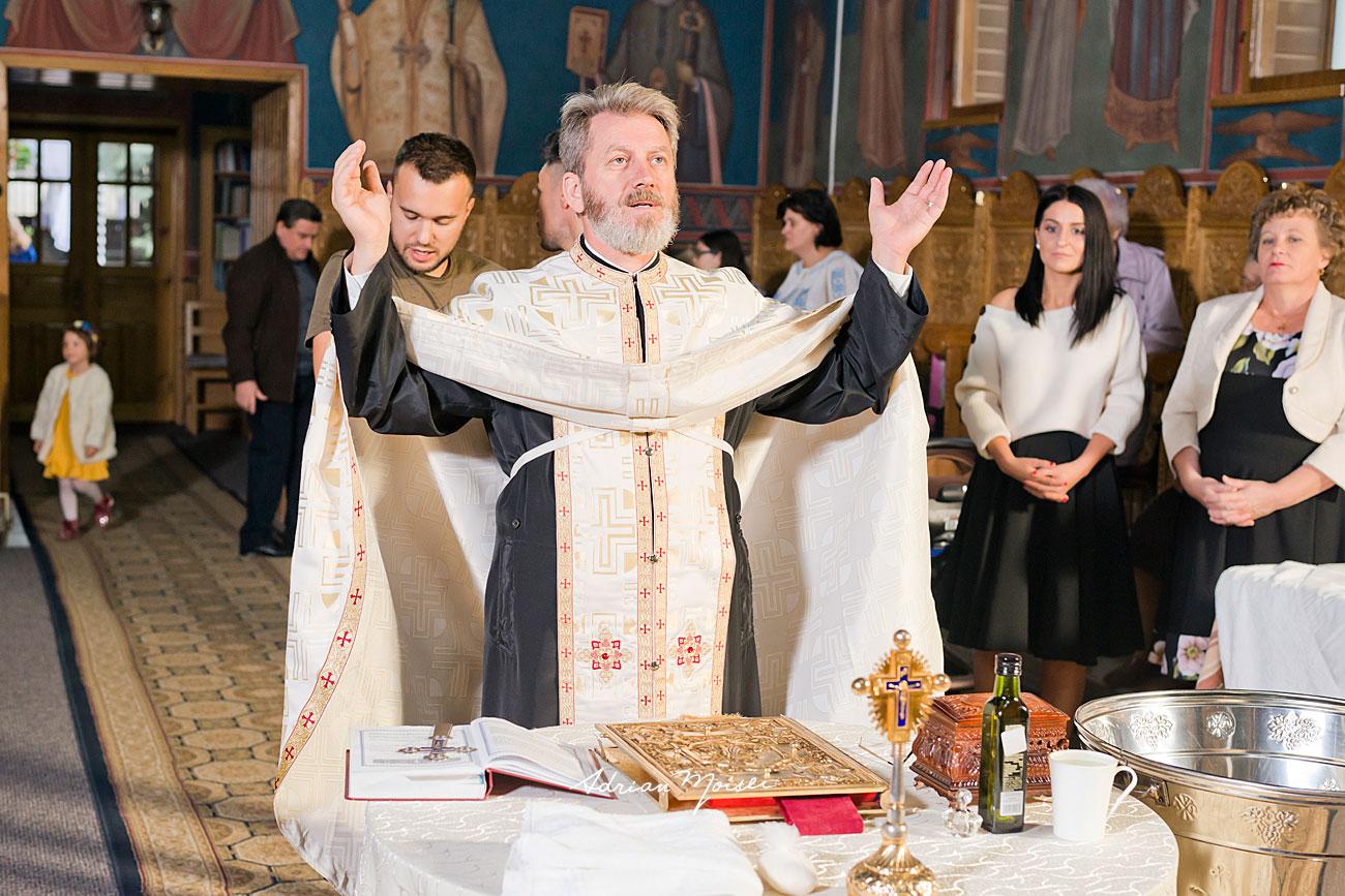 Portret de preot la slujba de botez, la Iași, Biserica Înălțarea Domnului, fotograf botez Iași