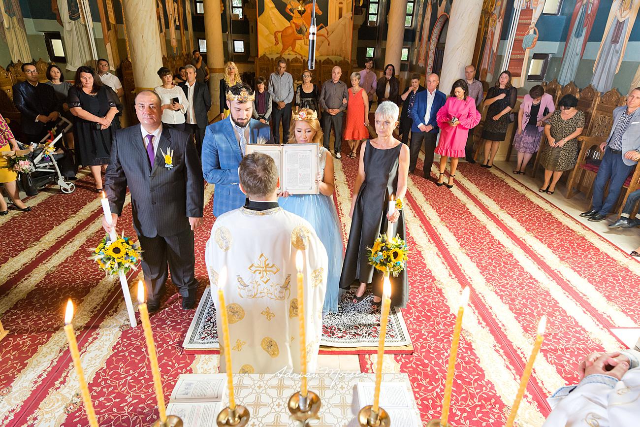 Mire și mireasă în ziua nunții lor, la biserica Flora, Intrarea Domnului în Ierusalim, fotografie de nuntă Iași de Adrian Moisei, fotograf nuntă Iași