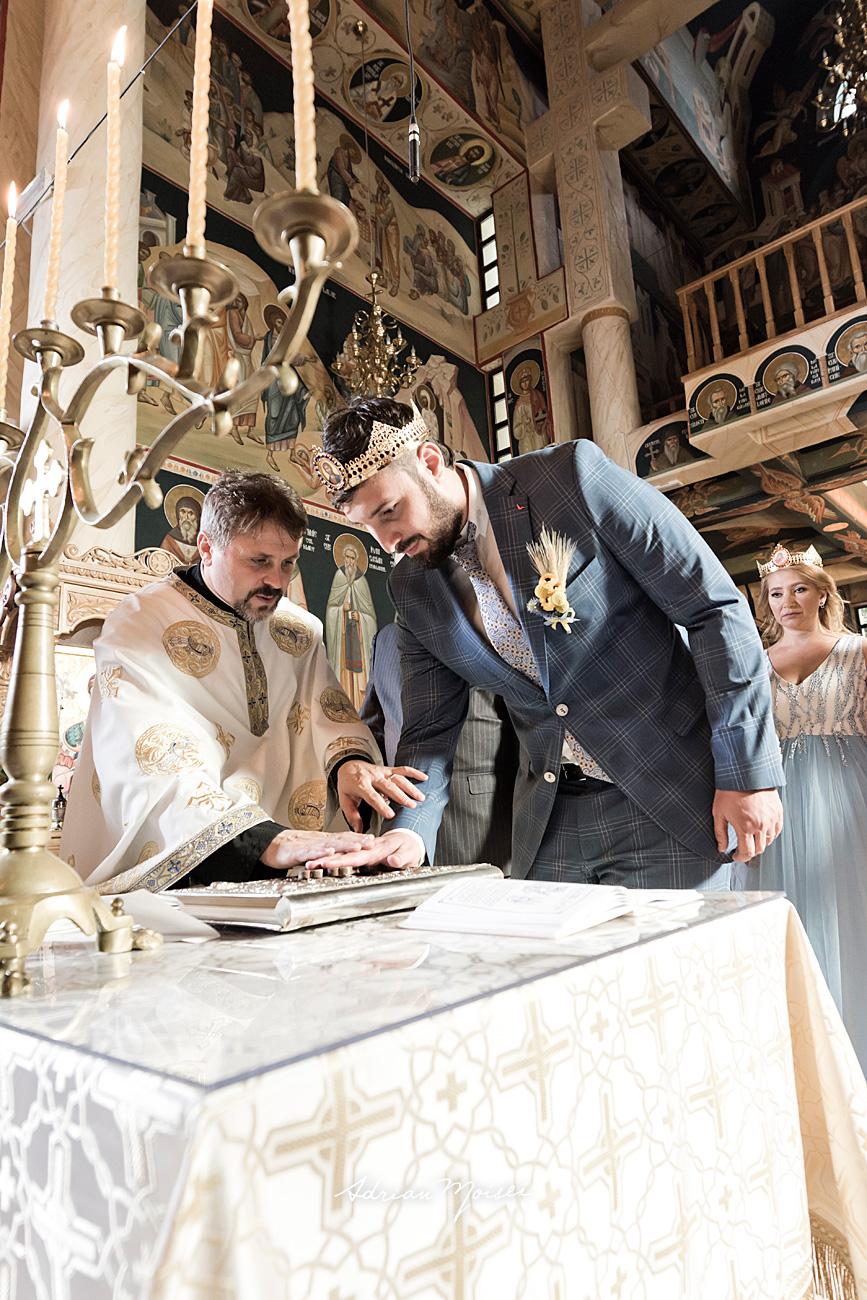 Mire cu mâna pe cruce, fotografie de nuntă Iași de Adrian Moisei, fotograf nuntă Iași