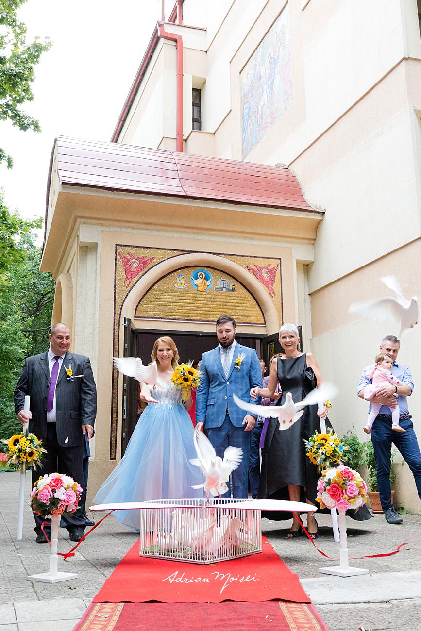 Lansare porumbei pentru belug si noroc în ziua nunții lor, la la biserica Flora, Intrarea Domnului în Ierusalim, fotograf de nuntă Iași Adrian Moisei
