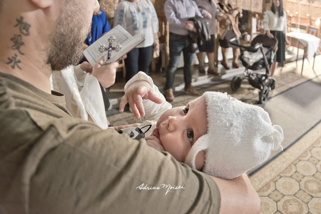 Nou nascut, la botez, in bratele nasului, fotograf botez Iași