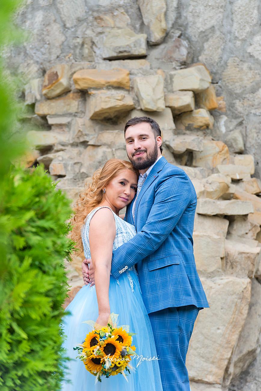 Mire și mireasă îmbrățișându-se la Râpa Galbenă, fotograf Adrian Moisei, fotograf nuntă Iași