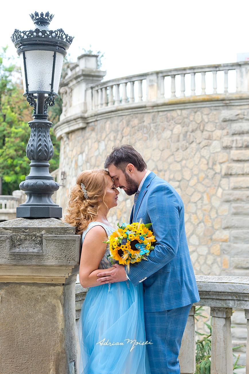 La Râpa Galbenă, fotografie de nuntă Iași de Adrian Moisei, lângă un felinar, îmbrățișându-se, fotograf nuntă Iași