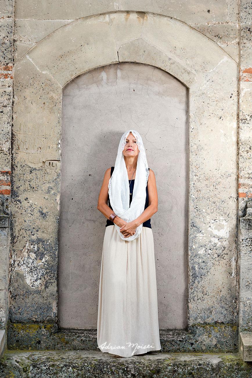 Fotografie de portret într-o zi de toamnă realizată de Adrian Moisei, fotograf Iași, la mănăstirea Galata, fotografie în natură