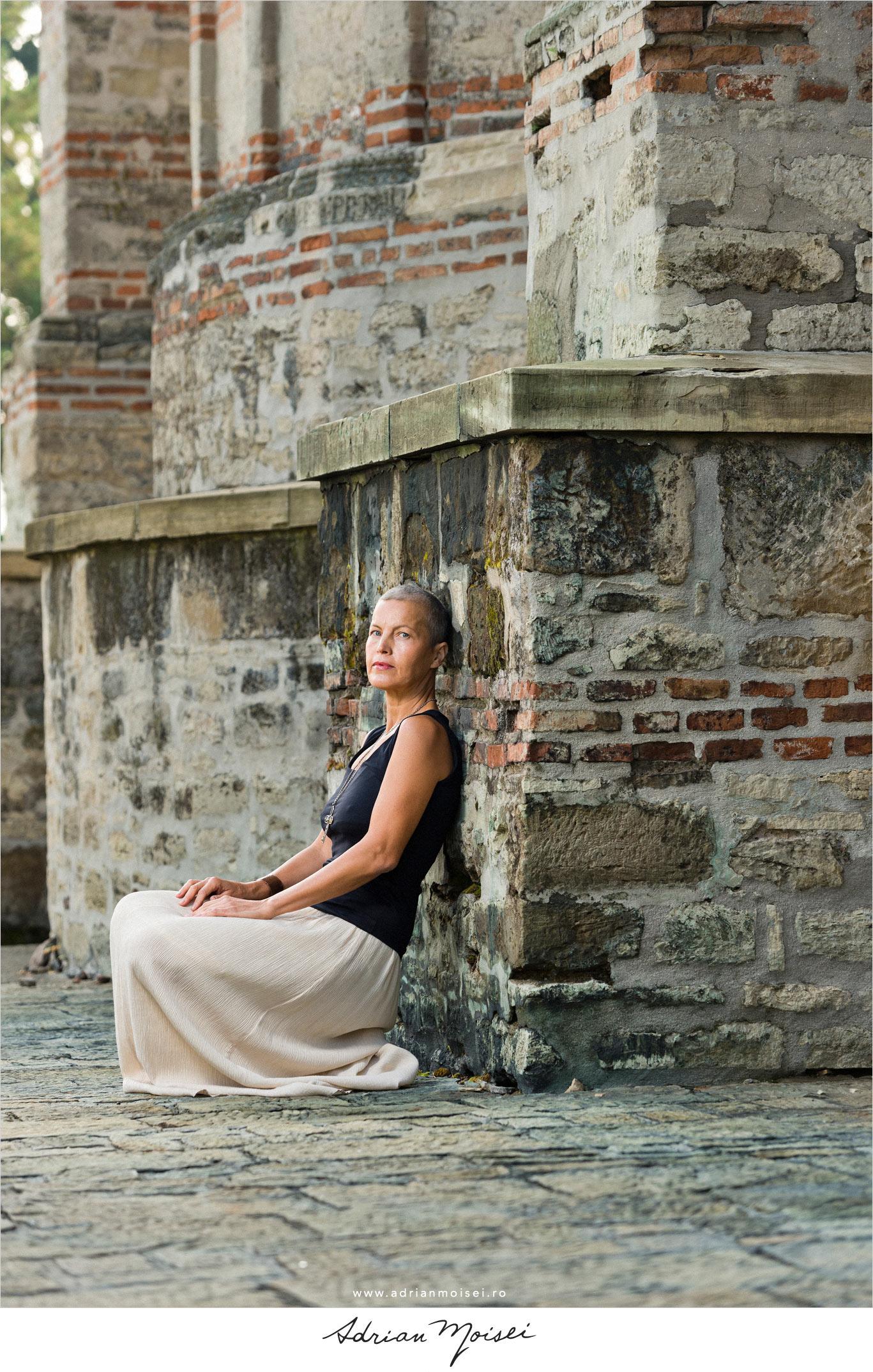 Fotografie fashion realizată de Adrian Moisei, fotograf Iași, la mănăstire, fotografie în natură