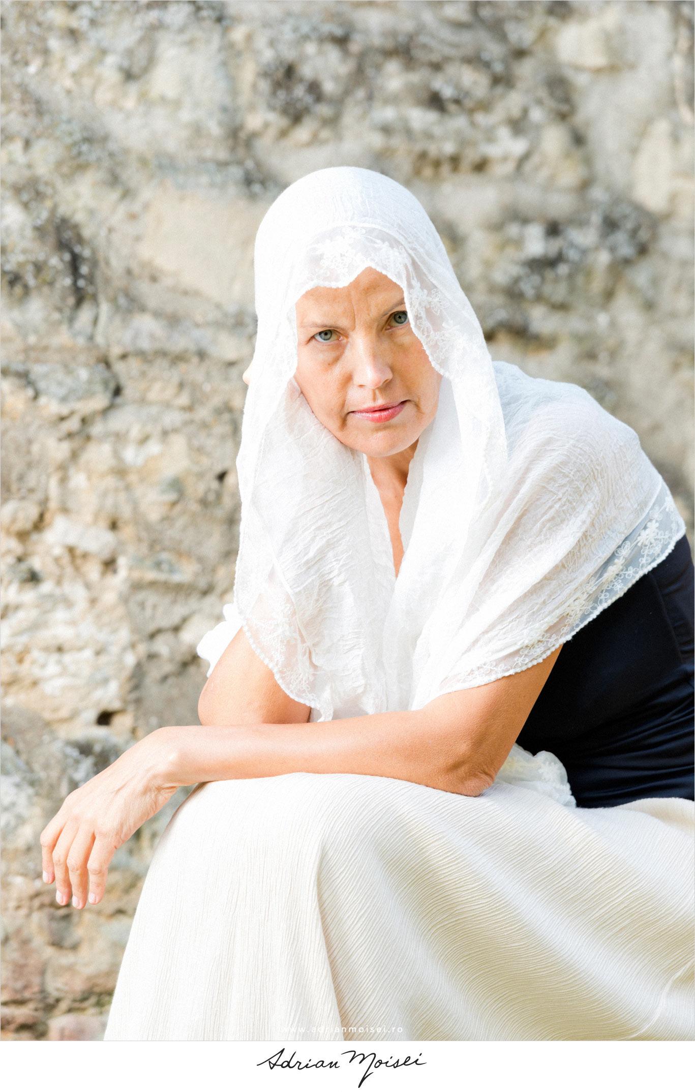 Fotografie de fashion realizată de Adrian Moisei, la mănăstire, fotografie în natură
